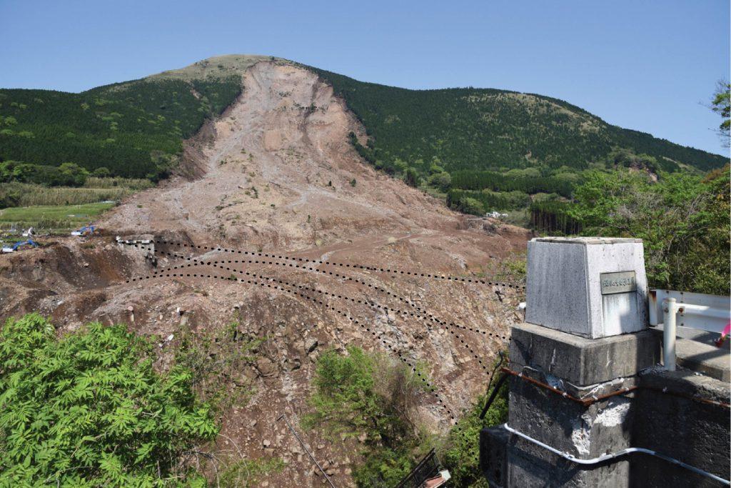 ここには阿蘇大橋という橋がかかっていました.熊本地震で,写真に見られるような大規模な斜面崩壊が発生し,橋を飲み込みました.このような事態を想定して, Temblorではオプションレーヤーとして地すべり危険度図を用意しています.誰も将来このような事態が予想されている場所に住みたいとは思わないでしょう.地すべりだけではなく,阿蘇カルデラ内では大規模な液状化や側方流動が発生しました.これにより家屋の傾動や基礎地盤の沈下がいたるところで認められました.