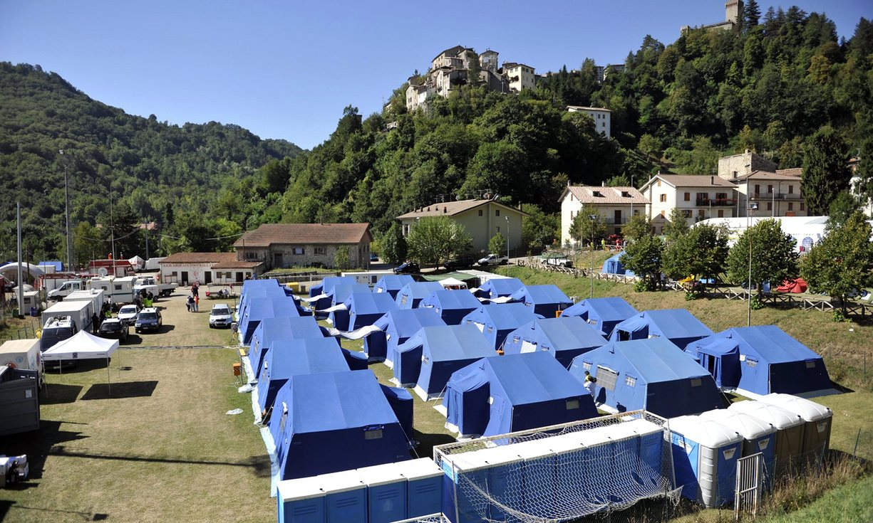 italy-earthquake-camp