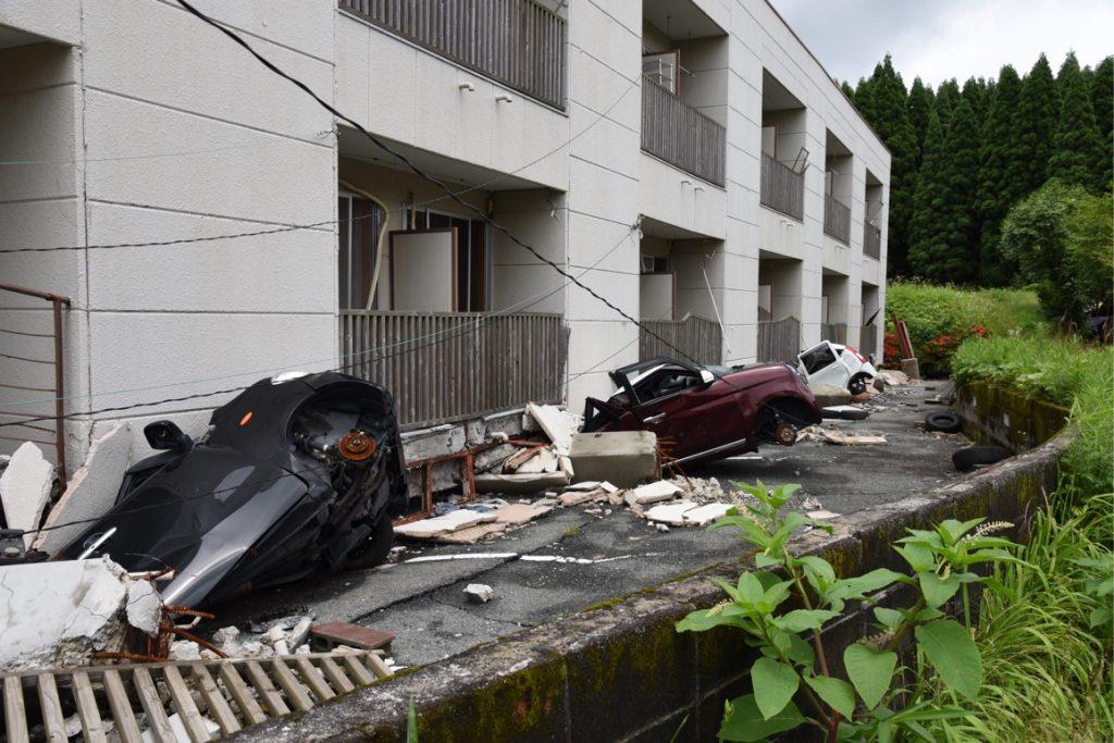 このような脆弱な一階スペースは世界共通の問題です.細長い支柱に支えられ,駐車場や店舗スペースにしている場合が多く見られます.水平の強い揺れに対して,適切な筋交いや耐震壁・耐震パネルが必要です.幸運にも,このアパートでは誰も犠牲者が出ませんでしたが,誰も車で逃げることができませんでした.もし,このような建物の1階に住むか働いていたならば,とにかく逃げるのが得策です.