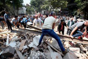 Ciudadanos y personal de protección civil trabando en conjunto para remover escombros de edificios que colapsaron para el rescate de personas atrapadas debajo. (Foto de: National Geographic)