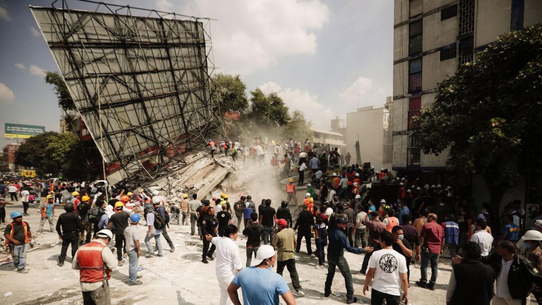 Varios edificios colapsaron en la Ciudad de México después del terremoto de M=7.1 en Puebla el día de ayer. En esta foto, rescatistas y voluntarios buscan sobrevivientes en los escombros. (Foto por: Eduardo Verdugo/AP)