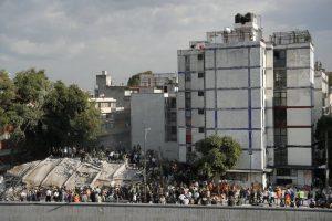 Gente en búsqueda de sobrevivientes después del colapso de un edificio en la Ciudad de México. (Foto de: The New York Times)