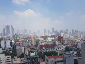 Polvo y humo surgiendo de la Ciudad de México, justo al momento del terremoto de M=7.1 de este 19 septiembre. (Foto tomada por: Jaime Stein, en Twitter)