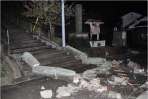 This photo shows a collapsed torii gate of Karita Shrine in the city of Oda in the Shimane Prefecture. (Photo from: Mainichi)