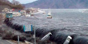 El devastador terremoto de Tohoku en 2011 y el tsunami subsecuente ocasionaron daños valorados en miles de millones de dólares y la muerte de miles de personas. Un nuevo estudio, que se publicó este mes halló un enorme cambio preliminar en la gravedad sobre el archipiélago japonés, el cual inició unos pocos meses antes del terremoto de M=9.0 de Tohoku. (Foto del Departamento de Manejo de Emergencias de San Francisco, SFDEM).