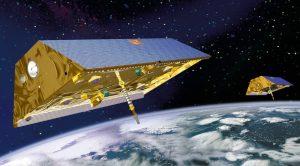 Las naves espaciales gemelas de ciencias terrestres, GRACE, se lanzaron en 2002 a una misión de cinco años, se retiraron en noviembre de 2017, más de 15 años después de haber sido lanzadas. Su sucesora se lanzará el 19 de mayo de 2018. Estos satélites aceleran y desaceleran en relación una con la otra debido a cambios en la masa en la Tierra debajo de ellas. Estas pequeñas aceleraciones, al juntarse y separarse, cambian sus distancias relativas, las cuales se miden mediante sistemas oscilantes láser y microondas y, después, convierten a variaciones en el campo gravitacional de la Tierra debajo. Los satélites GRACE pasan en repetidas ocasiones sobre el mismo punto, para que puedan detectarse cambios en la gravedad a tiempo, cada una cuantas semanas. (Imagen de: NASA).