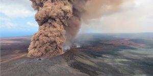 Hawaii de meydana gelen depremden sonra olan yanardağ patlamasında büyük bir kırmızımsı-kahverengi kul sütunu ortaya çıktı