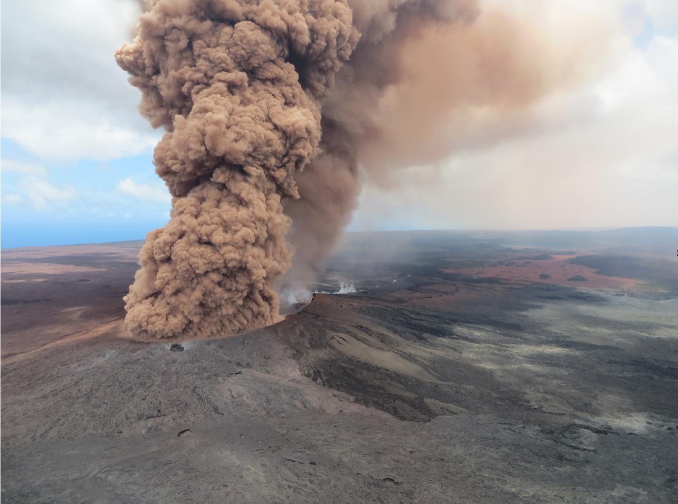 A las 12:46 p.m., horario de Hawái, una robusta columna de cenizas de color rojiza-marrón apareció después de un terremoto en el Flanco Sur de Kïlaueacon una magnitud de 6.9, que golpeó a la Gran Isla de Hawái.