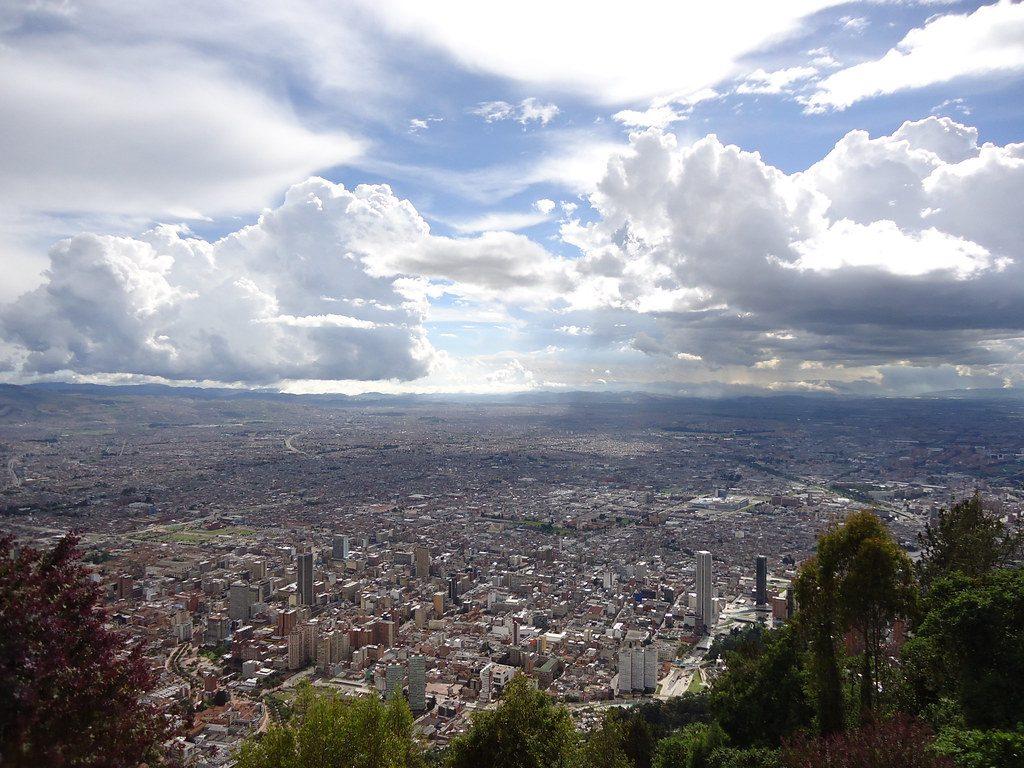 Bogotá, Colombia, la capital y ciudad más grande del país, fue sacudida en la víspera de Navidad por un terremoto de magnitud 6.2. Crédito: Ian Barbour, CC BY-SA 2.0