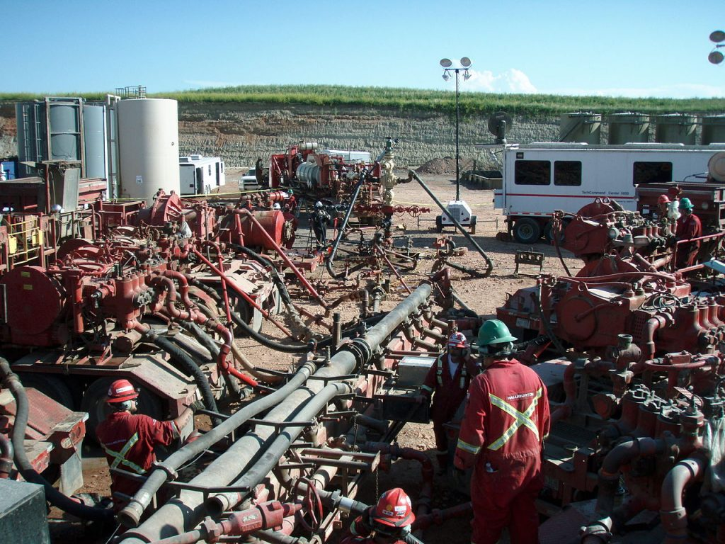 Hydraulic fracturing operations such as this one produce waste fluids that are pumped back below ground. Sometimes this fluid triggers earthquakes. Credit: Joshua Doubek (CC BY-SA 3.0)