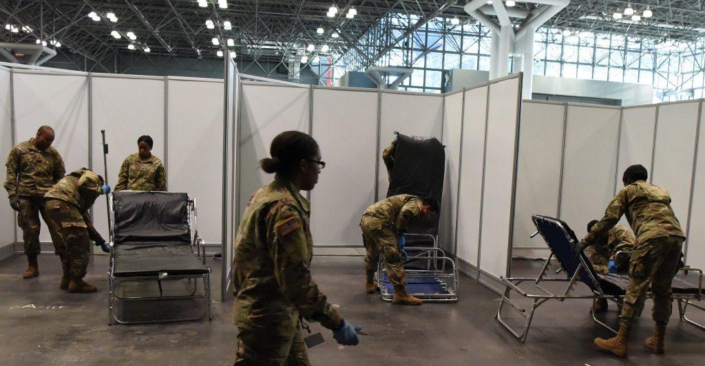 """图三。纽约国民警卫队正在Javits中心新建""""方舱医院病房"""",以缓解该市的病床短缺。 图片来源:美国空军国民警卫队,高级飞行员肖恩·马登(Sean Madden)摄"""