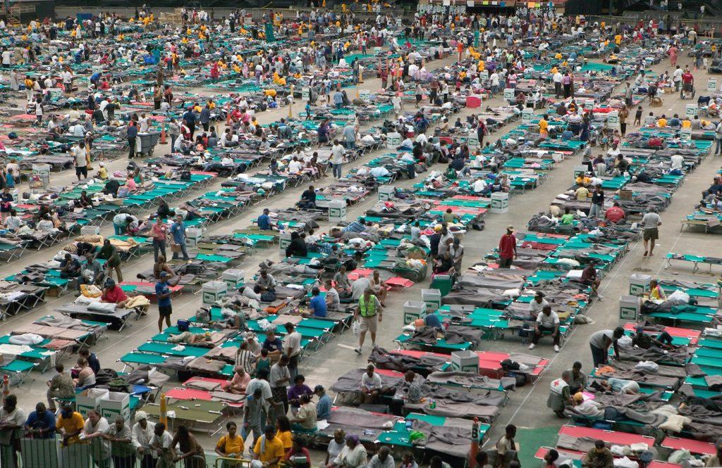图二。卡特里娜飓风幸存者在2005年从新奥尔良撤离后,在休斯敦天文馆躲藏。像卡特里娜飓风这样的灾难揭示了有钱人和没有钱的人之间的差异,并对不同阶层产生了不同的影响。 像冠状病毒这样的大流行也对不同阶层的产生了不同程度的影响。 图片来源:Andrea Booher / FEMA