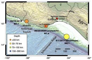 Mapa elaborado por el Servicio Sismológico Nacional (SSN), donde se muestra el epicentro del terremoto de La Crucecita generado el martes 23 de junio, además de la ocurrencia de otros dos grandes terremotos en la región. La Trinchera Mesoamericana y la cresta de Tehuantepec representan características significativas del fondo oceánico.