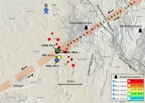 Ana deprem ve büyüklüğü 3.0 ve daha büyük artçı sarsıntılar ve bölgedeki tektonik birimlerle ilişkileri. Siyah çizgili hatlarla belirtilen daireler, çeşitli deprem izleme merkezlerinden gelen verilere göre ana depremin yerini gösterir. Artçı deprem bilgileri KOERI (2020)'den alınmıştır. Siyah çizgiler Emre ve diğ. (2016)'den alınan aktif fayları gösterir. Hipotetik bir sol-yanal hareketli zon olan Karaman-Niğde Makaslama Zonu'nun konumu Şengör ve Zabcı (2019)'dan alınmıştır.