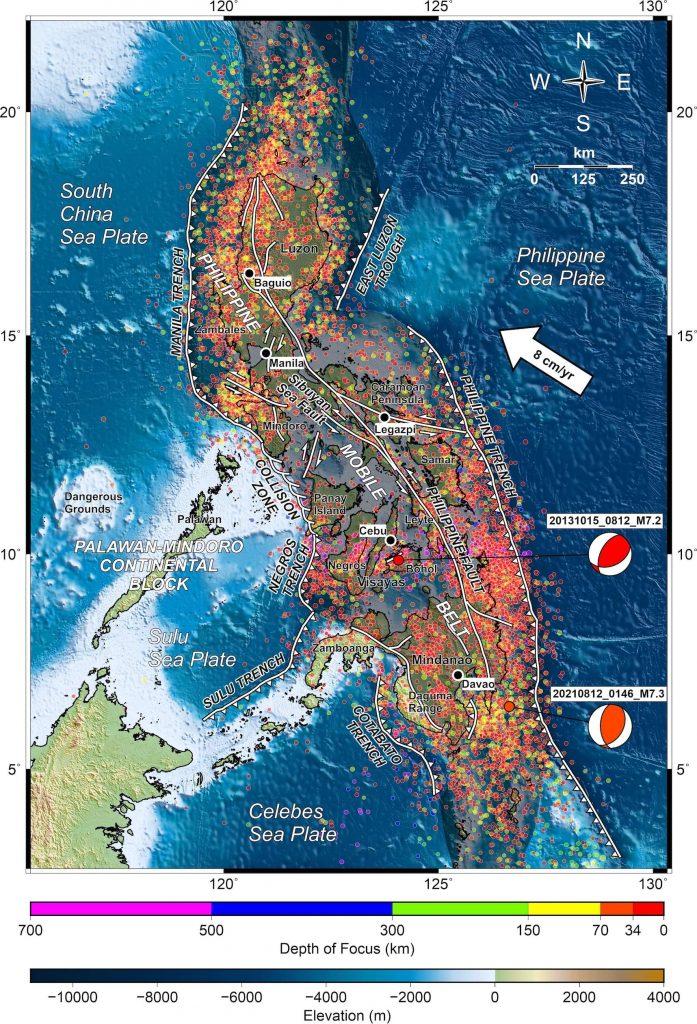 Larawan 1 - Tectonic map ng Pilipinas na nagpapakita ng mga aktibong subduction zones, internal active faults at lokasyon ng epicenters ng mga nakaraang lindol. Ang magnitude-7.3 na lindol sa Davao (ipinahiwatig ng diagram ng beachball, na tinatawag ding focal mechanism) ay naganap sa baybayin ng Davao, ang pinakamalaking lungsod sa Mindanao Island. Lokasyon at focal mechanism ng Magnitude 7.2 na lindol sa Bohol noong 15 Oktubre 2013 ay ipinapakita din sa larawan. Kredito: binago mula sa Aurelio et al., 2013
